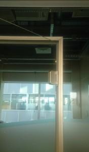 алюминиевая коробка в стеклянной перегородке
