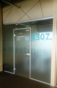 алюминиевая коробка стеклянная дверь2