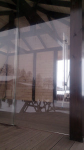 безрамное остекление со сдвижной дверью
