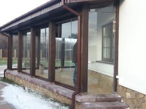 безрамное остекление террасы стеклянная дверь