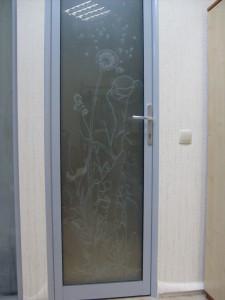 дверь остекленная с рисунком глубоким пескоструем