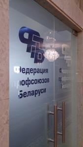 маятниковые стеклянные двери с логотипом пескоструй