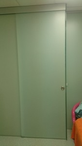 раздвижные двери в стеклянной перегородке