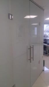 распашные стеклянные двери ручки-скобы