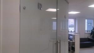распашные стеклянные двери с матовой пленкой