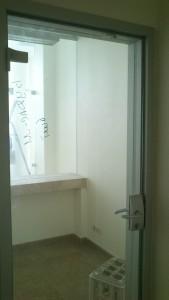 стеклянная дверь в алюминиевой коробке