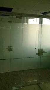 стеклянная дверь с матовой пленкой