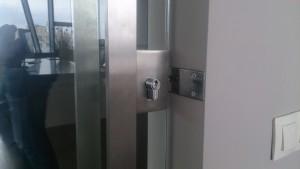 стеклянная маятниковая дверь замок ручка-скоба