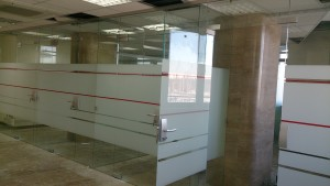 стеклянные распашные двери в стеклянной перегородке