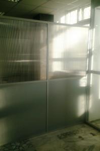алюминиевая перегородка с сотовым поликарбонатом