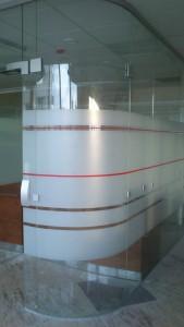 гнутое стекло в офисной перегородке