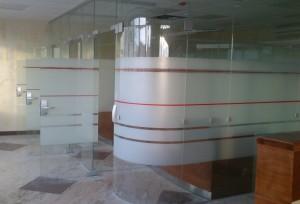 гнутое стекло в перегородке бсб банк