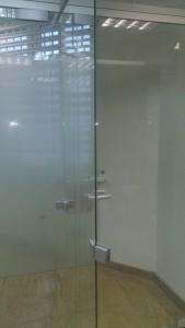 стеклянная перегородка в банке