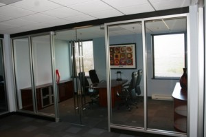 20 алюминиевая перегородка со стеклянными дверями