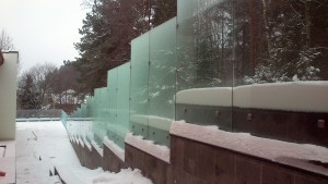 безрамный забор из стекла