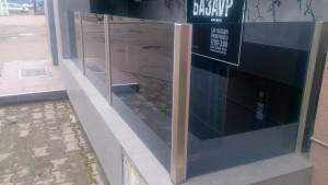 стеклянное ограждение на стойках